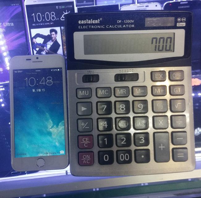 2014년 9월 15일 중국 광둥성 선전의 화창베이 시장에 진열된 아이폰6 짝퉁. 옆 계산기에 700위안(11만9000원)이라 찍혀 있다. [동아DB]