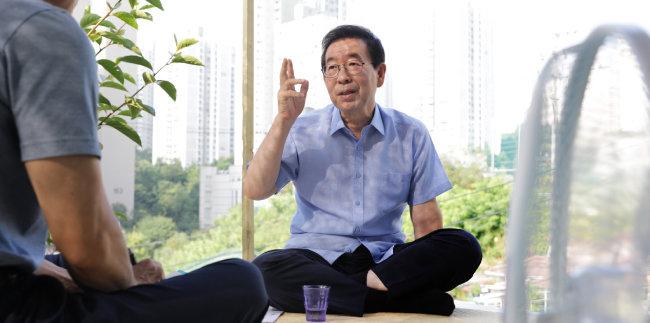 박원순 시장이 8월 8일 삼양동 옥탑방에서 강남북 균형발전 방안에 대해 얘기하고 있다. [박해윤 기자]