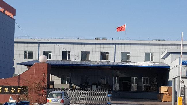 북한 노동자를 고용한 중국의 한 식품 공장. [윤완준 동아일보 특파원]