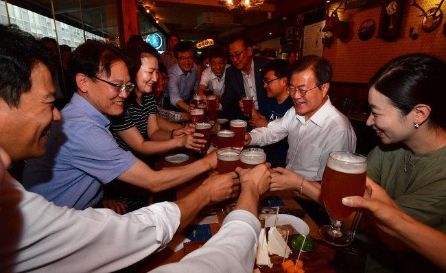 문재인 대통령이 7월 26일 최저임금 등에 관한 현장 목소리를 듣기 위해 마련한 '퇴근길 국민과의 대화'는 '쇼통' 논란에 휩싸였다. [동아DB]