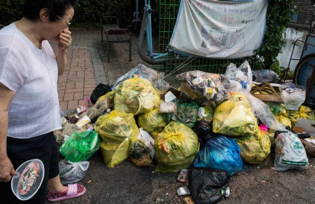 서울 용산구 보광동 주택가 골목에 쌓인 쓰레기더미. 악취가 주민의 코를 찌른다.