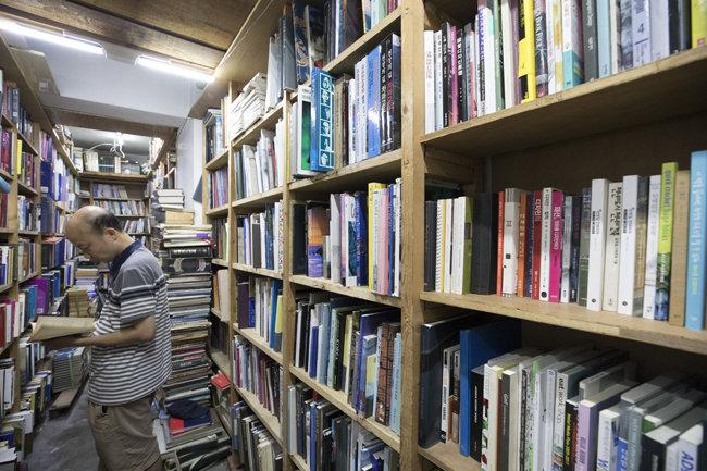 구수한 책 냄새가 옛 추억을 불러오는 중고책방 '뿌리서점'.