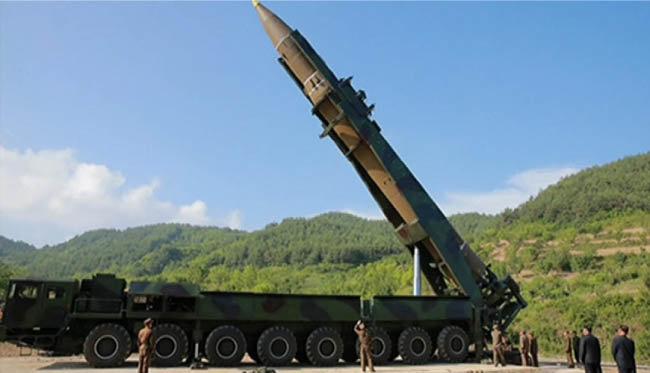 북한의 화성-14형 중장거리미사일과 이동식 발사대. [동아DB]