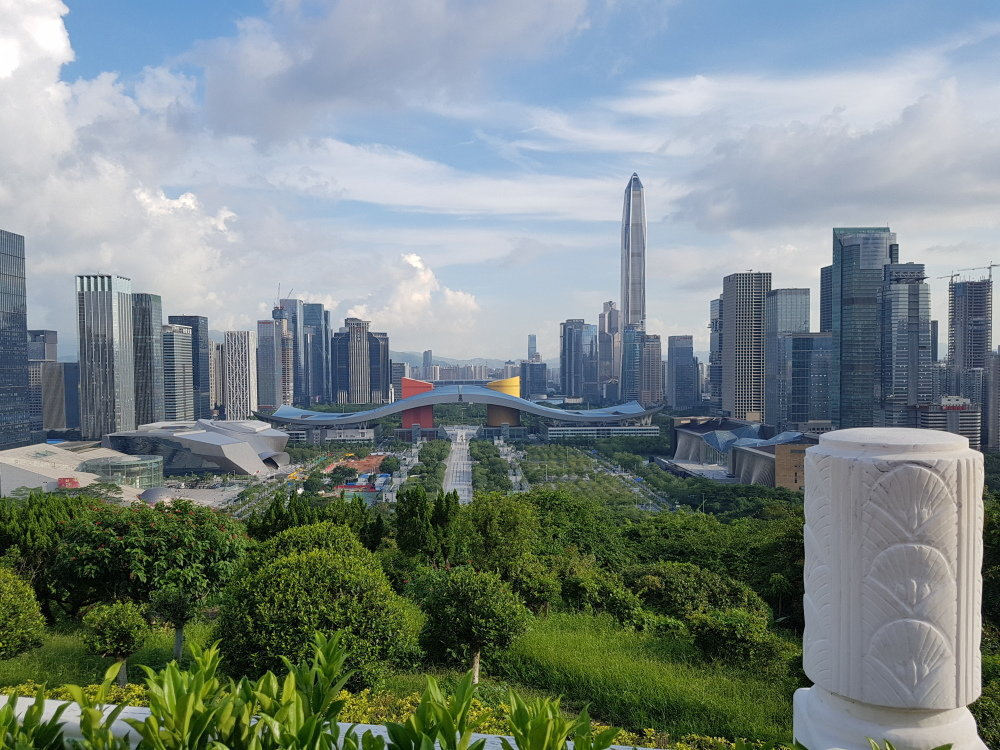 덩샤오핑 동상 앞 선전시 중심가 전경. 덩은 개방특구 설립 당시 마천루가 즐비한 선전의 현재 모습을 상상이나 했을까?