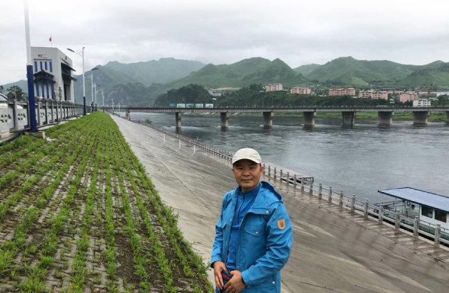 건설된 지 1년이 훌쩍 넘었지만 미개통된 지안-만포대교 앞에 선 필자. 필자는 1993년 북한을 이탈해 이듬해 9월 한국에 입국한 탈북민이다.