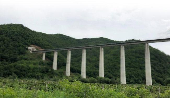중국 허룽에서 난핑진으로 이어지는 철길. 무산광산 철광 수입을 위해 건설된 전용 철도다.