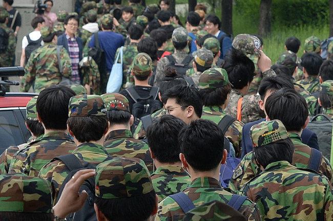 서울 시내 한 훈련장에서 훈련을 마치고 퇴소하는 예비군들. [동아DB]