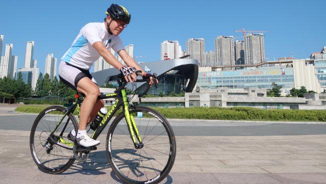 관절염을 예방하려면 수영·자전거타기 등으로 허벅지 근육을 키우는 것이 중요하다. [김경제 동아일보 기자]