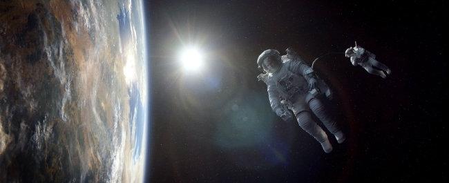 영화 '그래비티'는 소리, 대기, 중력이 없는 우주 공간에 노출된 인간의 공포를 보여준다.