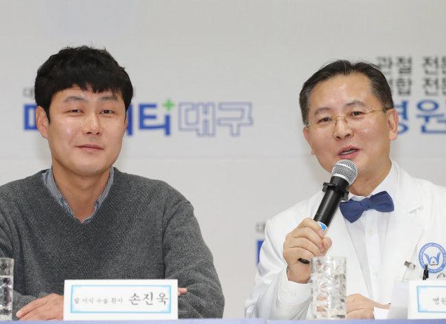 팔이식 수술 1주년인 2월 2일 우상현 원장(오른쪽)이 손진욱 씨의 수술 경과를 설명하고 있다. [뉴스1]