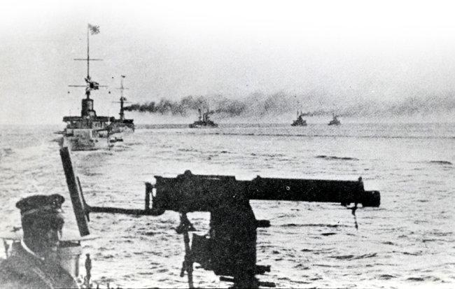 1894년 일본 군함이 청나라 북양함대를 공격하고 있다.