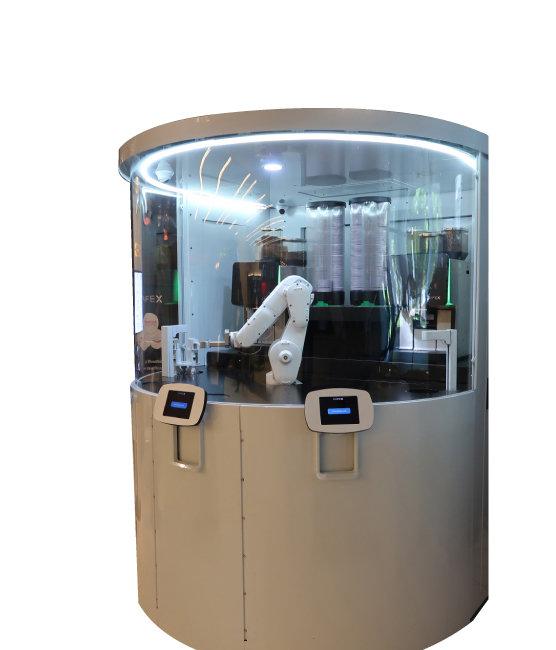 카페 엑스에서 로봇 바리스타가 커피를 만들고 있다.