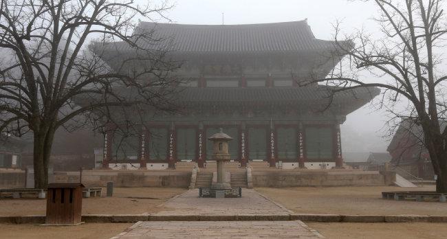 충북 보은 법주사는 국립공원 속리산 자락에 있다. 법주사 대웅보전은 무량사 극락전, 화엄사 각황전과 함께 우리나라 3대 불전(佛殿) 중 하나로, 보물 제915호로 지정돼 있다.