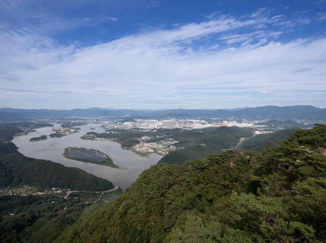 정상에서 내려다본 붕어섬과 춘천시내