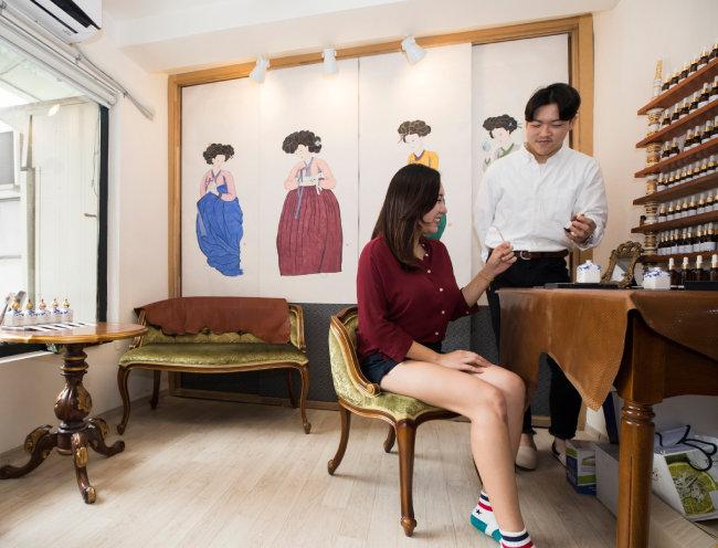 종로구 통의동 '살롱드느바에'는 손님들에게 개인 맞춤형 향수 체험을 제공한다.