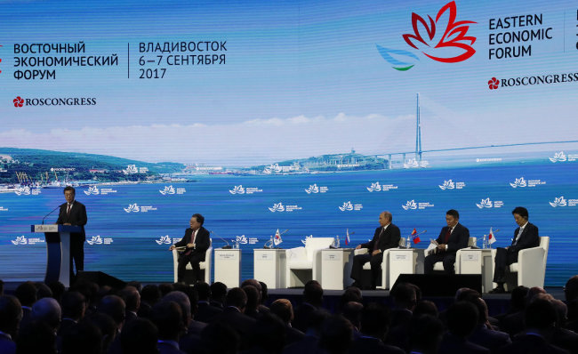 문재인 대통령(맨 왼쪽)이 지난해 9월 7일 러시아 블라디보스토크 극동동방대에서 열린 동방경제포럼에서 연설하고 있다. [원대연 동아일보 기자]