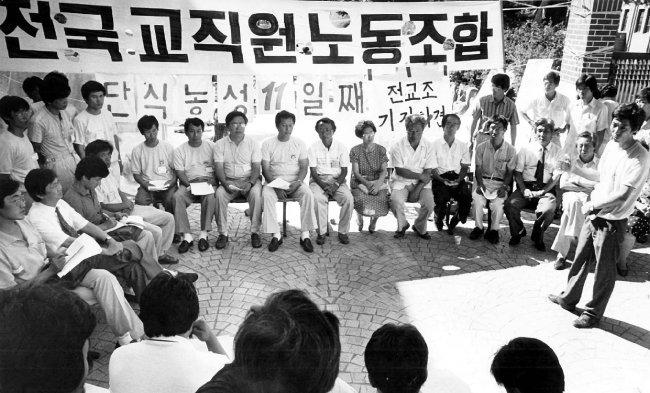 1989년 8월 5일 전교조 조합원들이 단식 농성 중이던 명동성당에서 기자회견을 열었다. [동아DB]