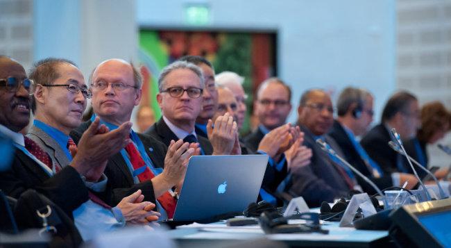 이회성 의장(왼쪽에서 두 번째, 당시 부의장)이 2014년 10월 덴마크 코펜하겐에서 열린 IPCC 40차 총회에 동료들과 함께 참석했다. [IPCC제공]