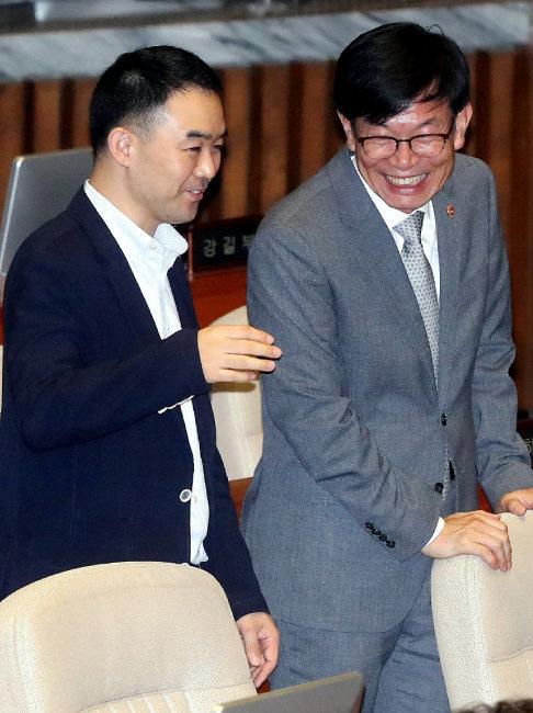 채이배 바른미래당 의원과 김상조 공정거래위원장이 8월 30일 오후 서울 여의도 국회에서 열린 본회의에서 대화를 나누고 있다. [뉴스1]
