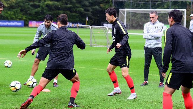 파울루 벤투 감독이 9월 3일 파주 국가대표트레이닝센터(NFC)에서 비를 맞으며 선수들의 훈련을 지켜보고 있다. [동아DB]