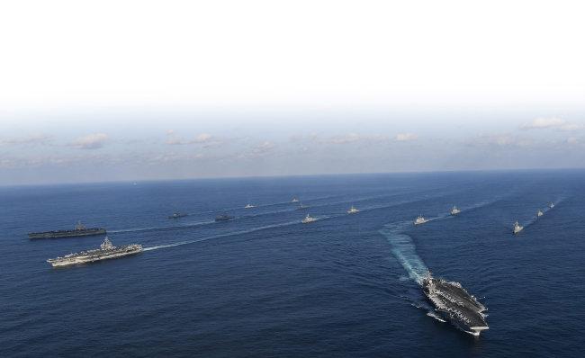 2017년 11월 12일 동해상에서 한미 해군이 연합 훈련을 하고 있다. 이날 훈련에는 한국 해군의 세종대왕함 등 6척이, 미 해군은 항공모함 3척을 포함해 총 9척이 참가했다. [동아DB]