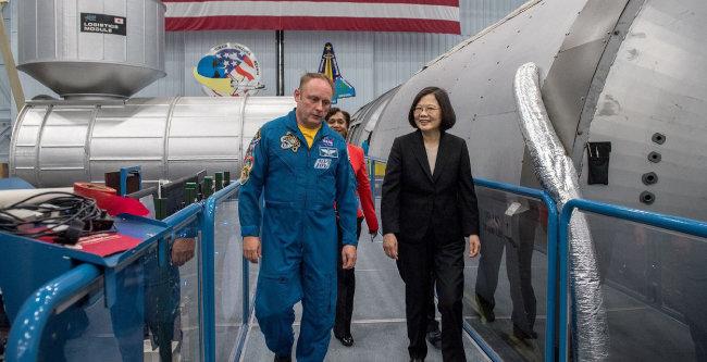 8월 19일 미국 텍사스주 휴스턴 미국 항공우주국(NASA)을 방문한 차이잉원 대만 총통(오른쪽)이 NASA 소속 우주비행사 마이클 핀과 함께 존슨우주센터 내부를 둘러보고 있다. 현직 대만 총통이 미국 연방정부가 운영하는 기관을 찾은 것은 처음이다. 중국은 차이잉원의 NASA 방문에 반발했다.