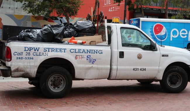 샌프란시스코 도심 거리를 청소하는 전용 차량.