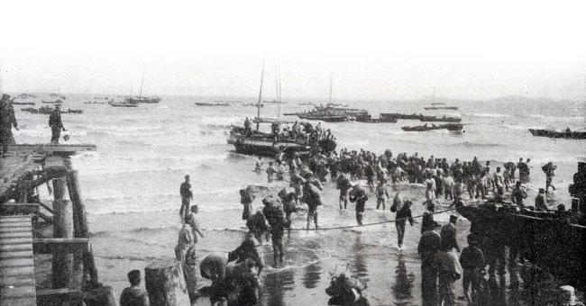 랴오둥반도에 상륙하는 일본군. [위키피디아]