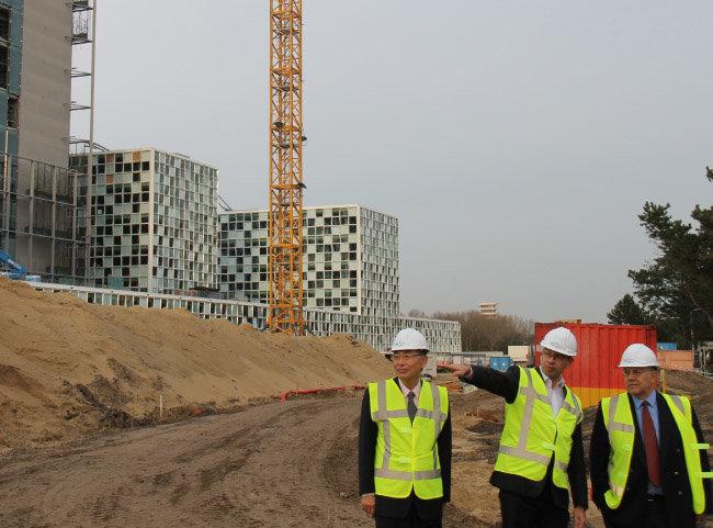 2014년 11월 4일 국제형사재판소 신축 건설 현장에서 브리핑을 받는 나(왼쪽).