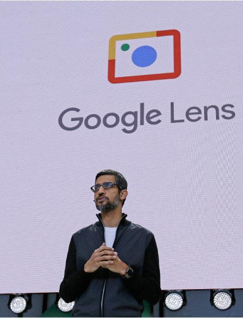 2017년 5월 17일 순다르 피차이 구글 최고경영자가 미국 캘리포니아에서 구글 렌즈에 대해 설명하고 있다. [AP=뉴시스]