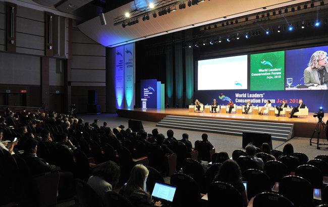 2018 세계리더스보전포럼의 '리더스대화'에서 패널들이 '지속가능성: 협력을 통한 논의의 실천'이라는 주제로 환경 문제 해법에 대해 토론하고 있다.