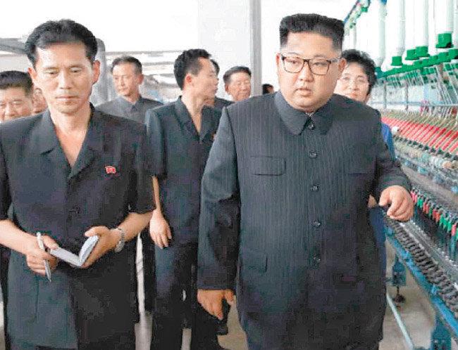김정은 북한 국무위원장의 신의주 방직공장 시찰 소식을 전한 노동신문 7월 3일자 1면 사진. [노동신문]