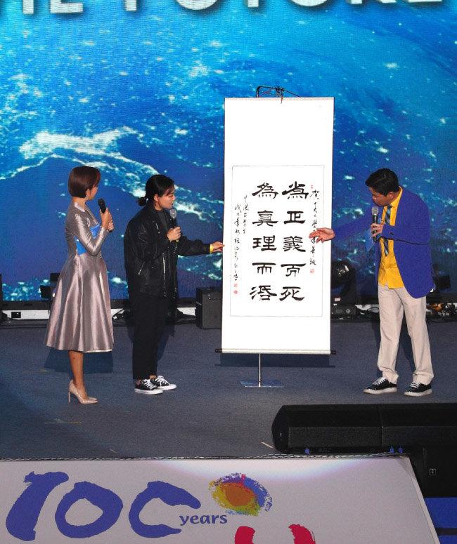 중국에서 유학 온 한 중앙대 대학원생이 '의에 죽고 참에 살자'는 교훈을 쓴 서예작품을 선보이고 있다.