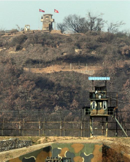 경기도 파주시 접경지역에서 본 북한군 초소(위)와 우리군 초소. [동아DB]