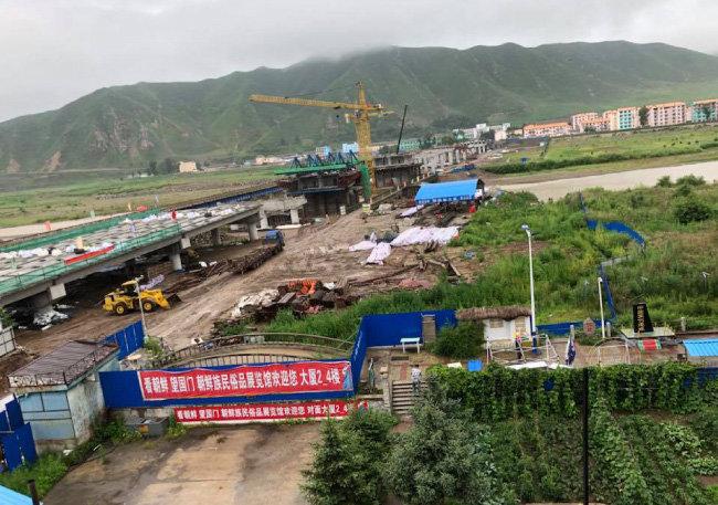 투먼 - 남양을 잇는 왕복 4차선 교량 공사 현장.