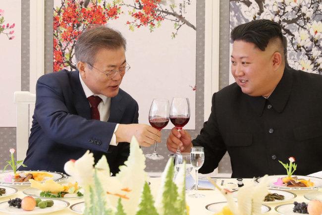 9월 20일 북한 삼지연초대소 오찬에서 잔을 부딪치는 문재인 대통령(왼쪽)과 김정은 북한 국무위원장. [동아DB]