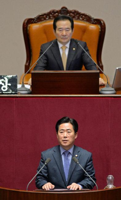 2017년 2월 김규환 의원이 '발명교육 활성화 지원법'에 대해 동료 의원들에게 설명하고 있다.