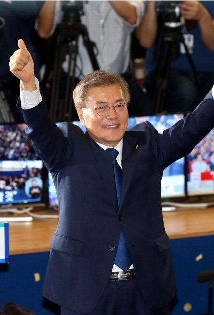 2017년 5월 9일 서울 여의도 국회 의원회관 대회의실에 마련된 개표상황실에서 문재인 대통령 당선자가 인사하고 있다. [동아DB]