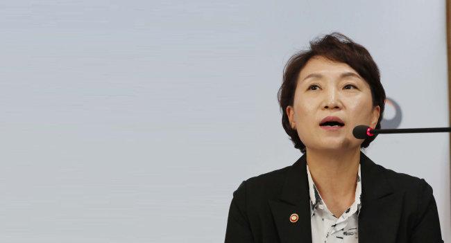 김현미 국토교통부 장관이 9월 13일 서울 세종로 정부서울청사에서 '주택시장 안정 방안 관련 관계부처 합동브리핑'에서 기자의 질문에 답하고 있다.