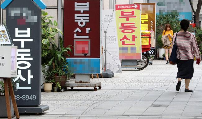 서울 지역 부동산중개업소에는 '9·13부동산대책'의 여파로 매수, 매도 문의가 자취를 감췄다. [동아DB]