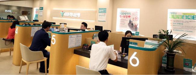 정부가 2주택 이상 보유 가구에 규제지역 내 주택 신규 구입을 위한 주택담보대출을 금지한다고 발표한 9월 13일 오후 서울 중구의 한 은행에서 고객이 대출 상담을 하고 있다. [뉴시스]