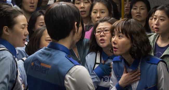 대형 마트 비정규직 노동자의 파업을 소재로 한 영화 '카트'의 한 장면. [리틀빅픽처스 제공]