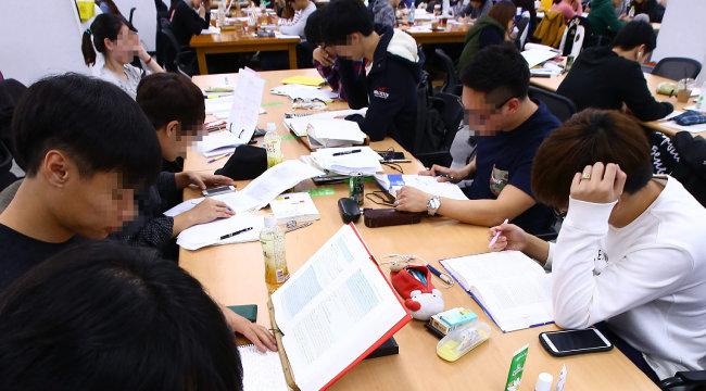 서울시내 한 대학 도서관 열람실에서 학생들이 공부에 열중하고 있다.