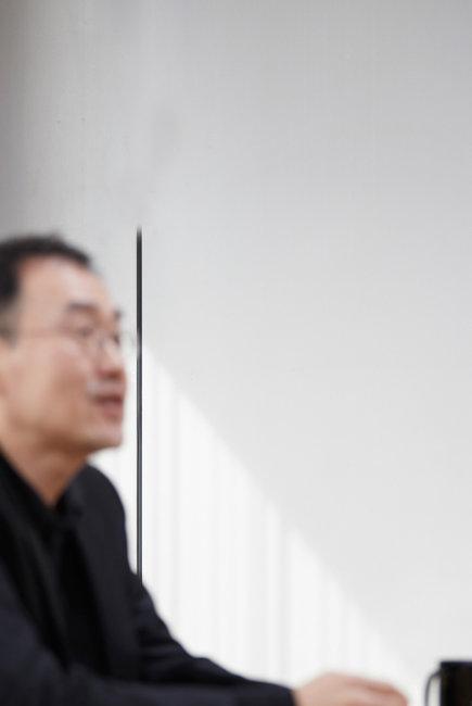 김영민 서울대 정치학과 교수. 사람들이 알아보는 걸 불편해 하는 그의 뜻에 따라 사진을 흐리게 촬영했다. [홍중식 기자]