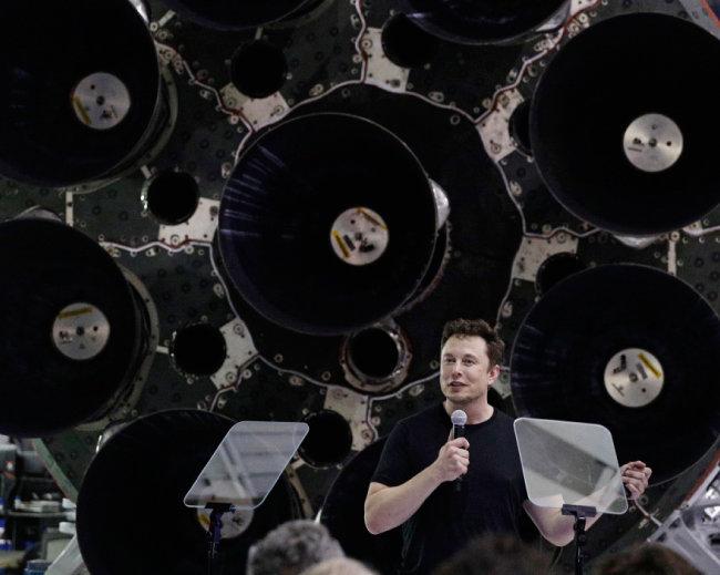 창업자 일론 머스크가 9월 17일 미국 캘리포니아에서 최초로 달을 여행할 사람 명단을 발표하고 있다. [AP=뉴시스]