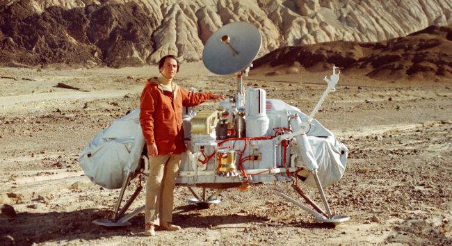 화성 탐사선 바이킹 모델 옆에 선 칼 세이건.
