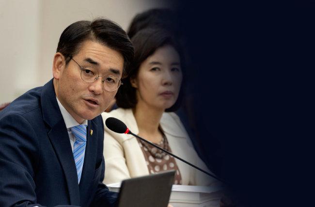 박용진 더불어민주당 의원이 10월 17일 오후 서울 여의도 국회에서 열린 교육위원회 국정감사에서 '교육청-유치원 유착' 관련 질의를 하고 있다.