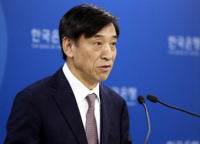 10월 18일 이주열 한국은행 총재가 기준금리를 현 수준(1.50%)에서 유지하겠다고 밝히고 있다. [뉴시스]