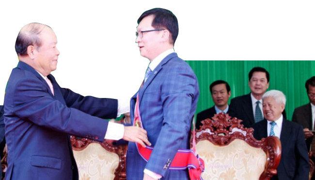 조남한 회장이 2015년 캄보디아 최고 훈장을 받고 있다.