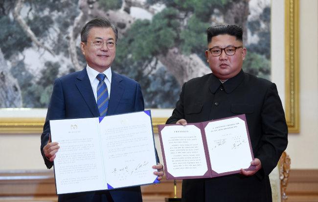 문재인 대통령과 김정은 북한 국무위원장이 9월 19일 평양정상회담을 마친 뒤 평양공동선언을 펼쳐보이고 있다. [동아DB]